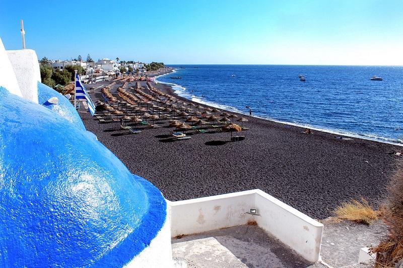 Praia de areia preta de Kamari