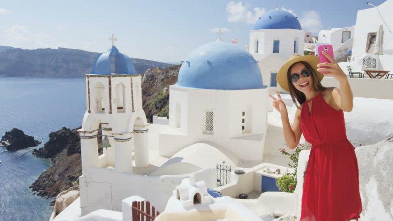 Usando o celular em Santorini
